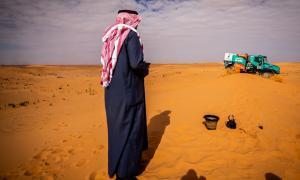 Un saudita mira el pas del camió de Llovera durant la setena etapa del Dakar.