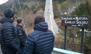 Els candidats d'Objectiu Comú, al mur d'escalada de davant la cascada de Moles.