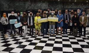 Foto de família dels guanyadors amb l'organització d'Arts Andorra i el cònsol lauredià, Josep Majoral (a la dreta).