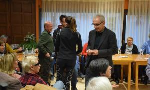 Un moment de la visita dels candidats demòcrates a la Casa dels avis.