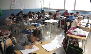 Alumnes de l'Institut Joan Brudieu que no es van acollir ahir a la vaga.