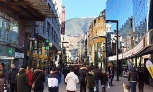 Turistes passejant per l'avinguda Meritxell durant el cap de setmana de la Puríssima.