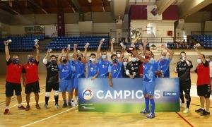 L'equip encampadà celebrant l'entrega del trofeu al Complex Esportiu.