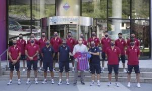 El primer equip del Barça d'hoquei amb el conseller d'Esports, Infància i Joventut encampadà, Xavier Fernàndez.