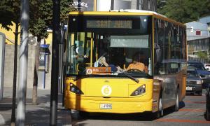 Un vehicle que realitza la ruta del Bus Exprés.