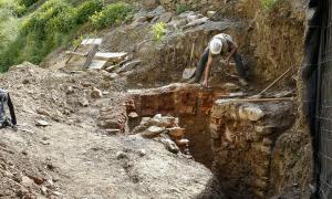 L'arqueòleg Òscar Augé treballa des de dimecres al forn de camp de Perot, que va aparèixer a l'abril en les obres de rebaix per a la construcció d'un mur al camí d'Aixirivall.