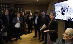 Cal Calones es va quedar ahir petit per acollir els amics i coneguts que van assistir a l'acte en memòria de Pere Canturri; en la imatge, Susanna Vela es dirigeix als assistents, al costat de Miquel Canturri, Lluís Viu i Toni Ubach (assegut, en primer terme).