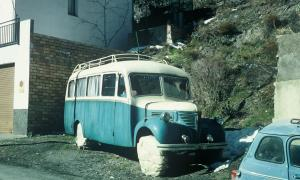 L'autobús, matrícula AND 194, al solar de Fontaneda on està aparcat des dels anys 70, abans que s'hi aixequés el mur.