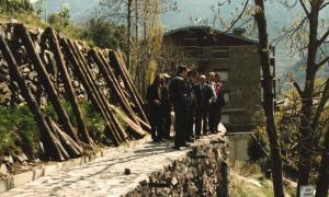 Regants i membres del Comú visiten les obres del rec, l'abril del 1989: en alguns trams encara no s'han instal·lat les baranes.