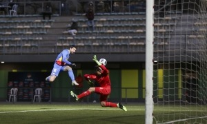 El davanter mataroní de l'FC Andorra, Carlos Martínez, va poder marcar el 2 a 1, però el porter Juama Santaella va refusar.Foto: Facundo Santana