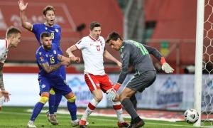 El porter Iker Alvarez De Eulate, fill del seleccionador, es va estrenar amb l'absoluta contra tot un Robert Lewandowski. Foto: Polski Zwiazek Pilki Noznej (PZPN)