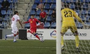 Álex Martínez, que va estavellar una pilota al travesser al primer temps, defensat per Mouelhi, central de Gibraltar.Foto: Facundo Santana