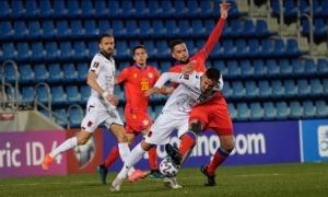 Marc Vales, que ahir va jugar de defensa central, lluita per robar una pilota al davanter d'Albània i l'FC Barcelona B, Rey Manaj.Foto: @ElCOKEDELESFOTOS