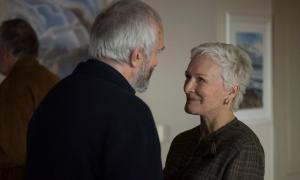 Jonathan Pryce i Glenn Close, parella madura amb crisi a la vista a 'La buena esposa'.