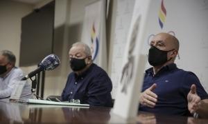 Jaume Martí, president del COA, acompanyat ahir per Jordi Cerqueda i Toni Guerra, en l'anunci dirigit als nedadors de la FAN. Foto: Facundo Santana