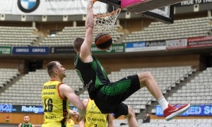 Conor Morgan, amb el Joventut Badalona, realitzant una esmaixada en el seu últim partit contra el BC MoraBanc a la Lliga ACB. Foto: ACB Photo / D. Grau