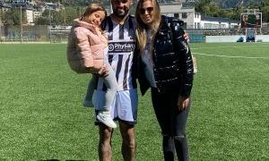 Matías Mirabaje, després del seu debut golejador amb la UE Engordany, amb la seva parella i la seva filla. Foto: Foto cedida per Matías Mirabaje