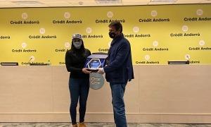 Mireia 'Mimi' Gutiérrez, en el dia de la seva retirada, va rebre ahir una placa de la FAE, de mans del president de l'ens, 'Pepi' Pintat. Foto: Crèdit Andorra