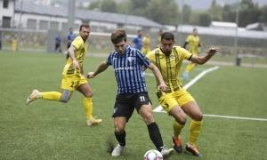 Jordi Betriu, de l'Inter Escaldes, defensat per Wesley Barbosa de la UE Santa Coloma. Foto: Facundo Santana