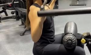 'Cande' Moreno fent exercicis per pal·liar molèsties a l'esquena. Foto: Instagram