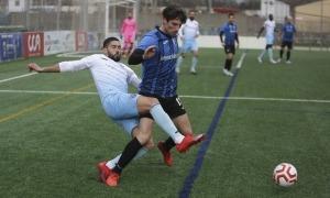 Rafa Santos intenta treure la pilota a Iván de Nova. Foto: Facundo Santana