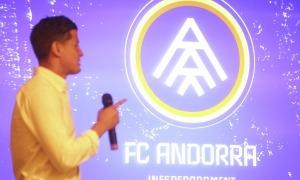Rubén Bover, capità de l'FC Andorra, mostra el nou escut. Foto: Facundo Santana