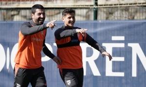 Carlos Martínez i Rubén Bover, en un entrenament assenyalant una acció. Foto: FC Andorra