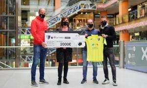 Gol Solidari va entregar ahir un xec de 2.000 euros a AMMA. Foto: Interescaldes.com