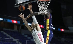Malik Dime fent un tap a Abalde. Foto: ACB Photo / V. Carretero