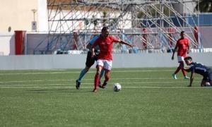 L'internacional per Gibraltar del Mons Calpe SC, Ayoub El Hmidi, marxa de la pressió d'un jugador de l'FC Santa Coloma al Victoria Stadium. Foto: Gibraltar FA
