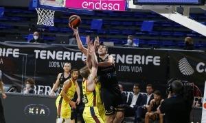 El pivot de l'Iberostar Tenerife i ex-BC MoraBanc, Giorgi Shermadini, va ser el botxí dels d'Ibon Navarro amb 17 punts i 11 rebots. Foto: ACB Photo / E. Cobos