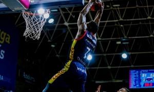 'Tunde' Olumuyiwa esmaixa en un partit d'aquesta temporada al Poliesportiu. Foto: ACB Photo / Martín Imatge