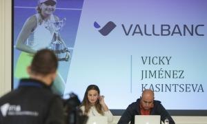 La tennista Vicky Jiménez i el seu pare i entrenador, Joan Jiménez, a la roda de premsa de presentació de l'acord de patrocini amb Vall Banc. Foto: Facundo Santana