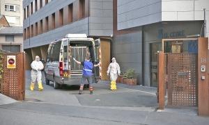 Sanitaris preparats per traslladar pacients del Cedre malalts de Covid.