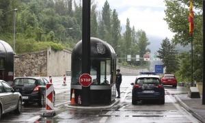 Vehicles creuant la frontera del riu Runer a finals de la setmana passada.