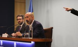 El ministre portaveu, Eric Jover, i el titular de Salut, Joan Martínez Benazet, en la compareixença d'ahir al vespre.