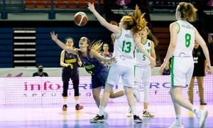 Clàudia Brunet fa una entrada a cistella davant l'oposició de Claire Melia. Foto: FIBA.COM