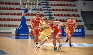 Oriol Betrián, de la selecció masculina U18, dribla un jugador de Gibraltar. Foto: FIBAEUROPE.COM