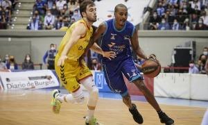 Sergi García defensant a Renfroe. Foto: ACB Photo / BB Hojas