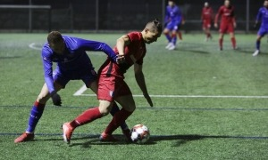 'Bruninho', de l'Inter Escaldes, defensat per un jugador de l'Atlètic Escaldes. Foto: Facundo Santana