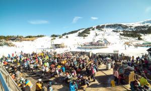 Una munió d'esquiadors en una de les zones de restauració de Grandvalira aquest cap de setmana.