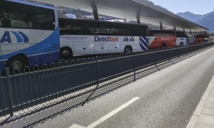 Vehicles de les línies de transport internacional aturats a l'estació d'autobusos.