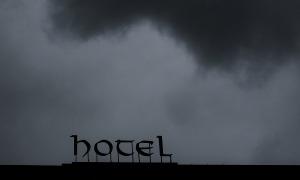 Els hotels que romanen oberts tenen algunes reserves de gent que es trasllada al Principat per motius laborals.