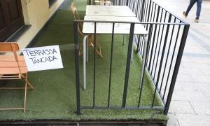 Una terrassa d'una cafeteria tancada.