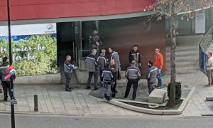 La policia amb els treballadors que protestaven ahir a la tarda.