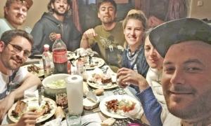 Un grup de temporers argentins, al pis que comparteixen, mentre esperen el moment de tornar a casa.