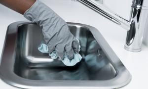 Una persona realitzant tasques de neteja.