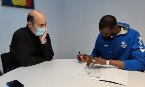 Moussa Diagne va signar ahir la seva renovació per un any amb el BC MoraBanc en presència de Gorka Aixàs. Foto: Twitter BC MoraBanc
