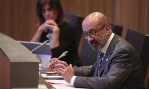 El ministre de Salut, Joan Martínez Benazet, respon a les preguntes que li van formular ahir els consellers generals.