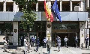 Així ha estat el minut de silenci a les 12 del migdia davant l'ambaixada espanyola al Principat.
